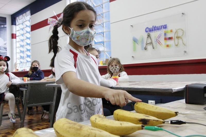 SEMANA DA CRIANÇA: educandos transformam bananas em piano