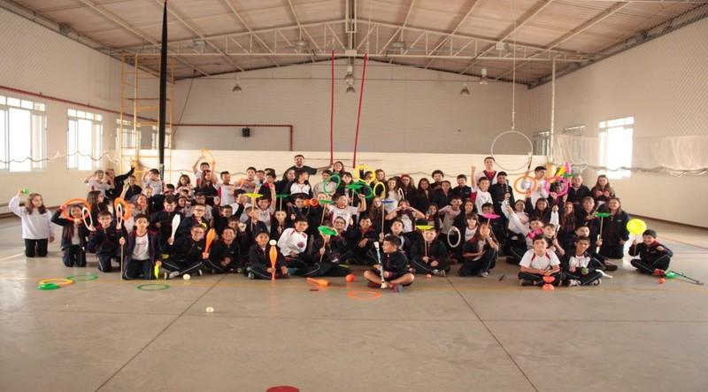 Educandos dos 6°s aos 8ºs anos do Fundamental II praticando Atividades Circenses