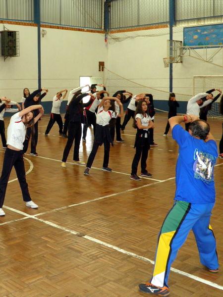 Unidade Educacional São Domingos participa de aulas de rugby, capoeira e musculação