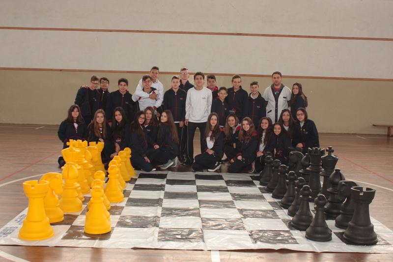 Educandos dos 8ºs anos do Fundamental II jogando Xadrez
