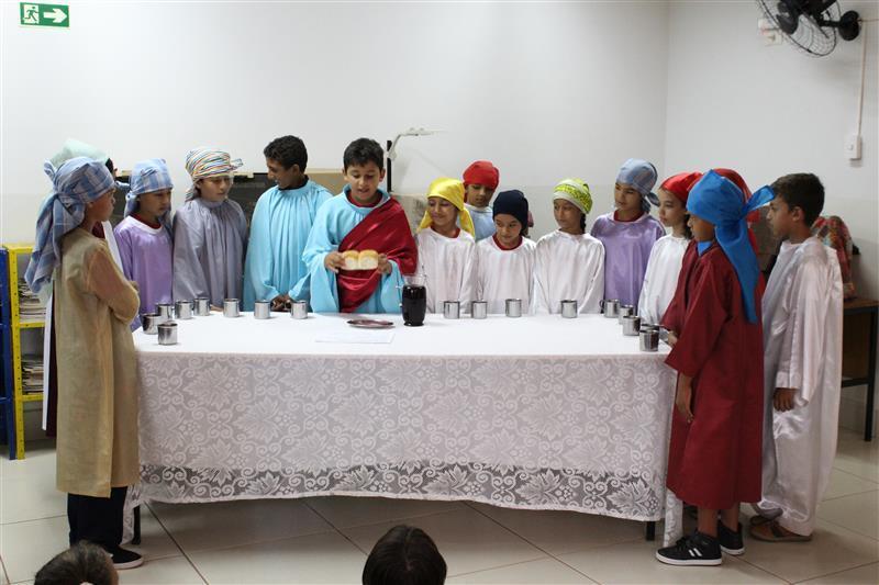 Iniciamos a celebração Pascal com os Educandos fazendo memória do imenso amor de Jesus por nós.