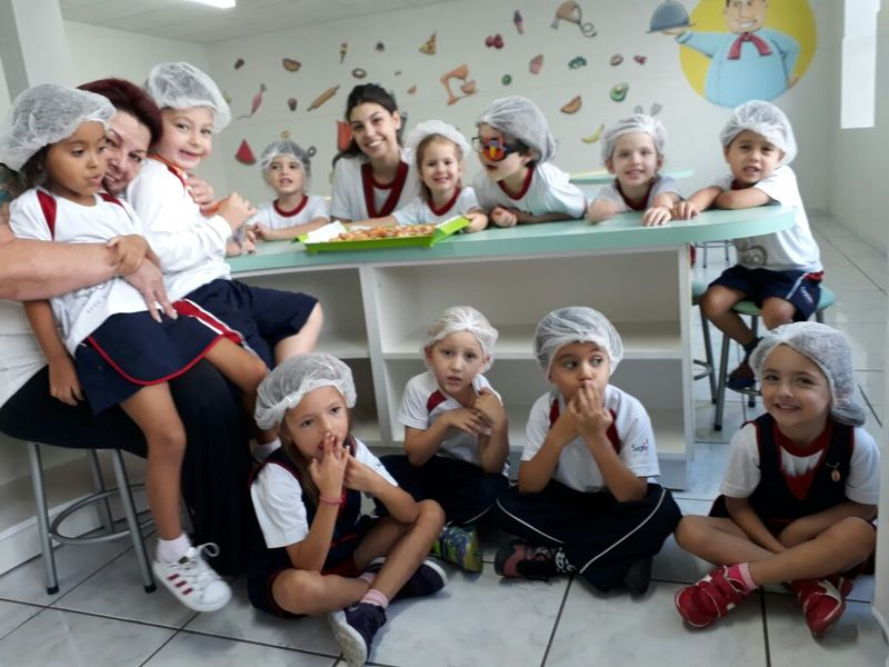 """Educandos do Infantil IV recebem a visita da """"Vovó Fátima"""" e aprendem a fazer delicioso biscoito!"""