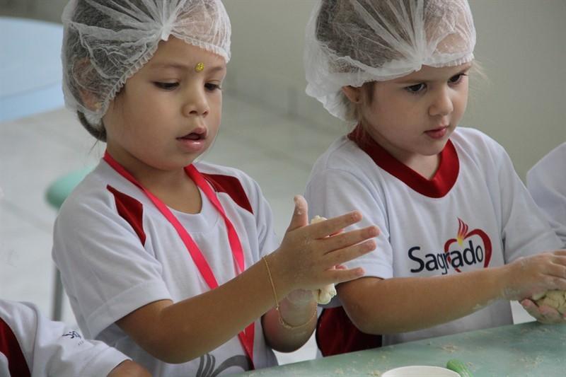 """""""Mão na massa"""" - Educandos preparando o seu 1º Pão!"""