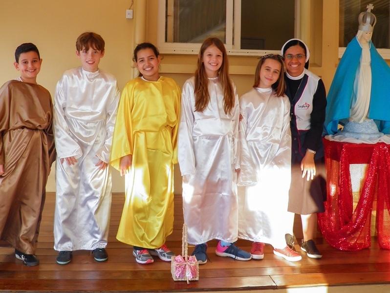 Unidade Educacional Escola São Domingos realiza Coroação de Maria