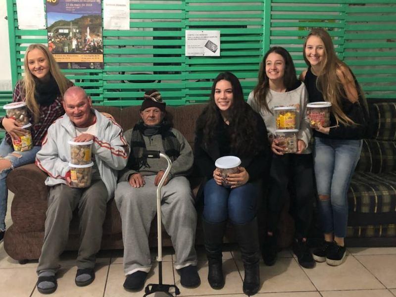Ex-Educandas da Unidade Educacional São Domingos realizam visita à Associação do Lar dos Velhinhos - ASLAVE