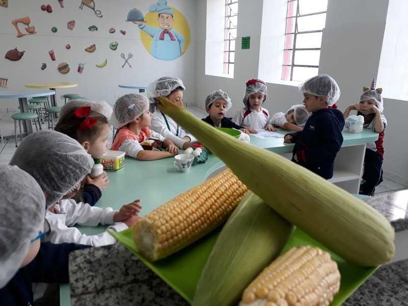 O arraiá começa na plantação! Educandos do Infantil IV preparam delicioso bolo de milho