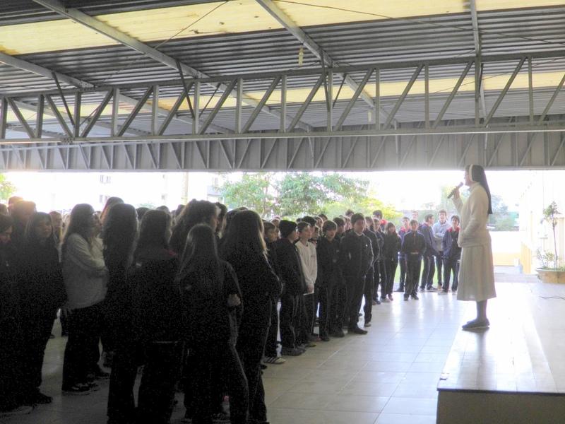 Unidade Educacional São Domingos recebe a visita da imagem do padroeiro da cidade no retorno às aulas