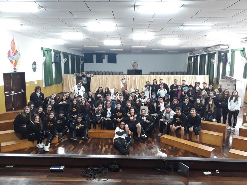 """Ensino Médio participa de palestra com coordenadora da Associação Beneficente """"De Mãos Unidas"""""""