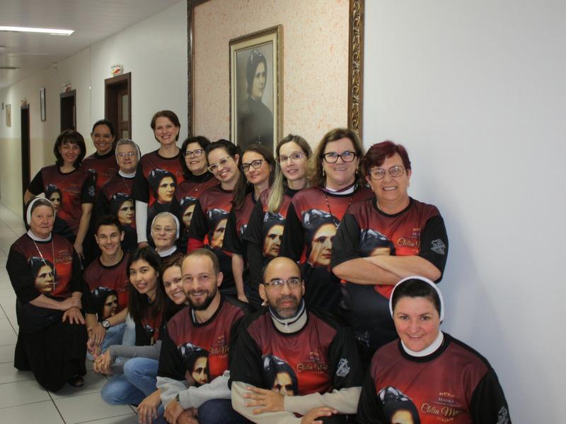 Educadores recebem camiseta comemorativa de Madre Clélia