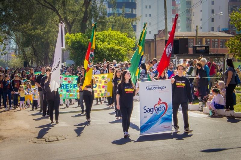 Unidade Educacional Escola São Domingos participa de desfile cívico