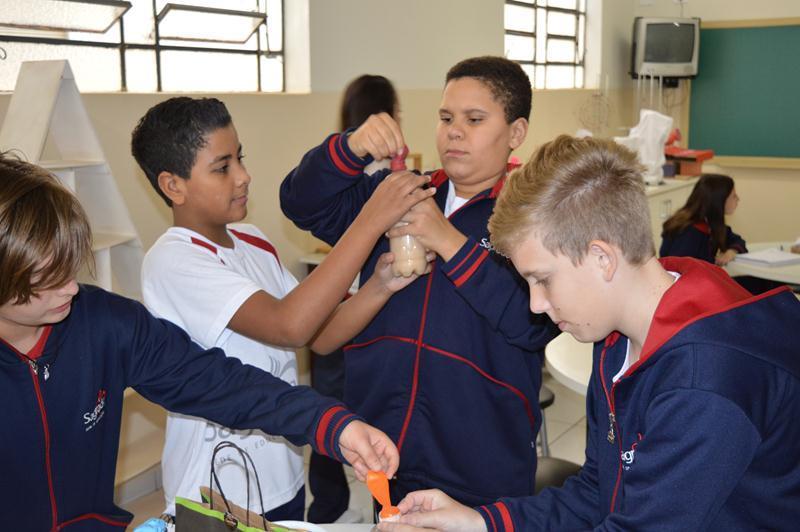 Educandos exploram o processo de fermentação durante a aula de Ciências