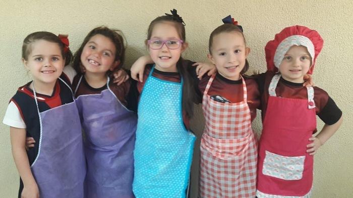 Fazendo uma deliciosa receita de família no Infantil V