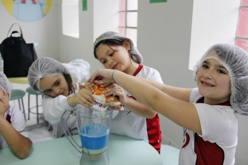 Educandos do Período Integral fazem sorvete caseiro em comemoração ao Dia do Sorvete