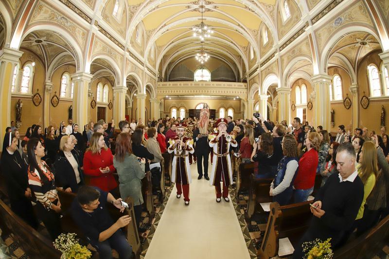 Missa pelos 100 anos do Colégio Sagrado Coração de Jesus, em Curitiba, reúne educadores, educandos, ex-educandos e familiares