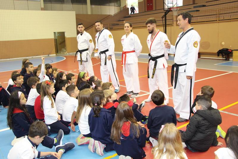 Aula especial de artes marciais no Fundamental I
