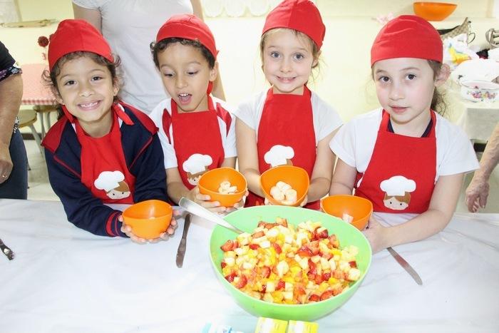 """Dia de Salada de Frutas no Projeto """"Na Escola com o Chef"""""""