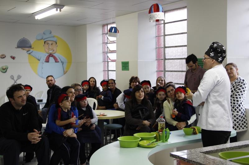 Cozinhando com a chef: pais e educandos do Colégio Sagrado,  colocam a mão na massa e fazem pão caseiro e doce de banana