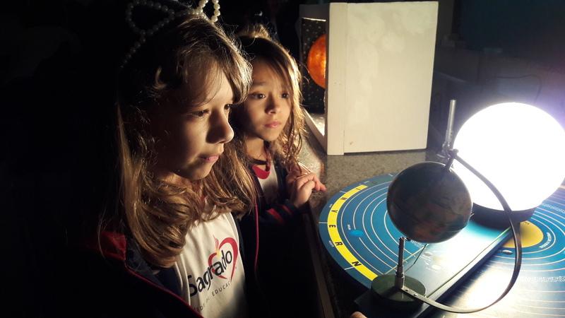 Viagem pelos movimentos da Terra: educandos aprendem Rotação e Translação por meio de maquetes lúdicas