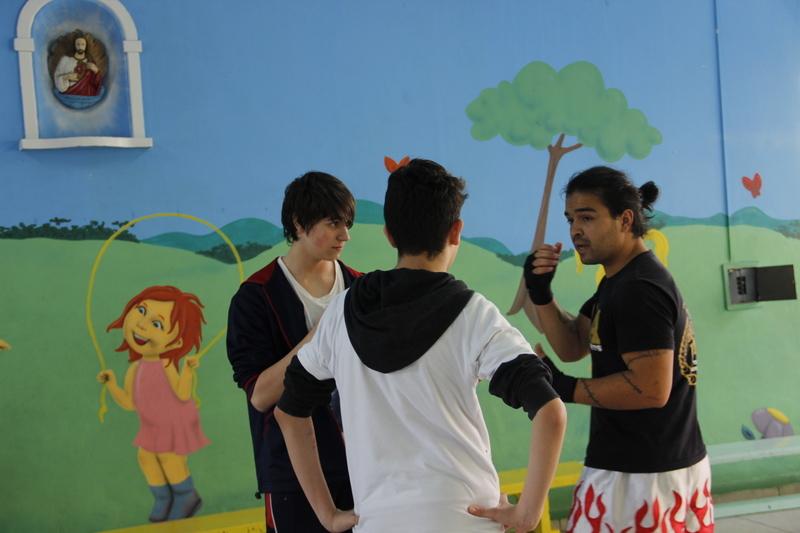 Educandos dos 6ºs anos recebem atletas de Muay Thai e aprendem técnicas da luta