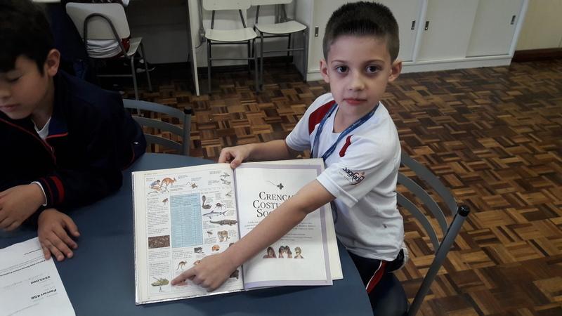 """""""Enciclopédia? O que é isto?"""": educandos se encantam com os volumosos livros sobre o conhecimento humano"""