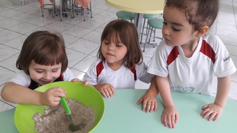 Mundo encantado dos Contos: crianças do Infantil I e II fazem bolo de chocolate para finalizar estudo sobre os contos