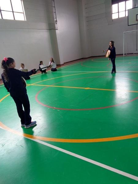 Educandos do 5º ano do Colégio Sagrado, em Curitiba, participam de aula de Esgrima
