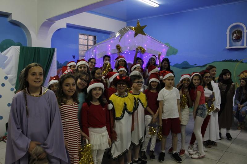 """""""Natal - Amor em Ação"""": educandos do 5º ano se despedem do Ensino Fundamental I com apresentação natalina"""