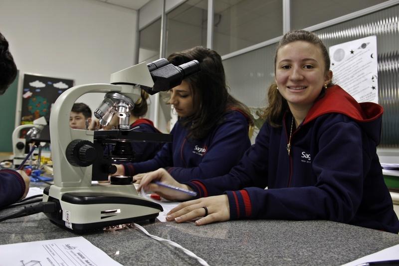 Universo minúsculo: educandos aprendem a operar microscópio óptico para ver tecidos e seres microscópicos