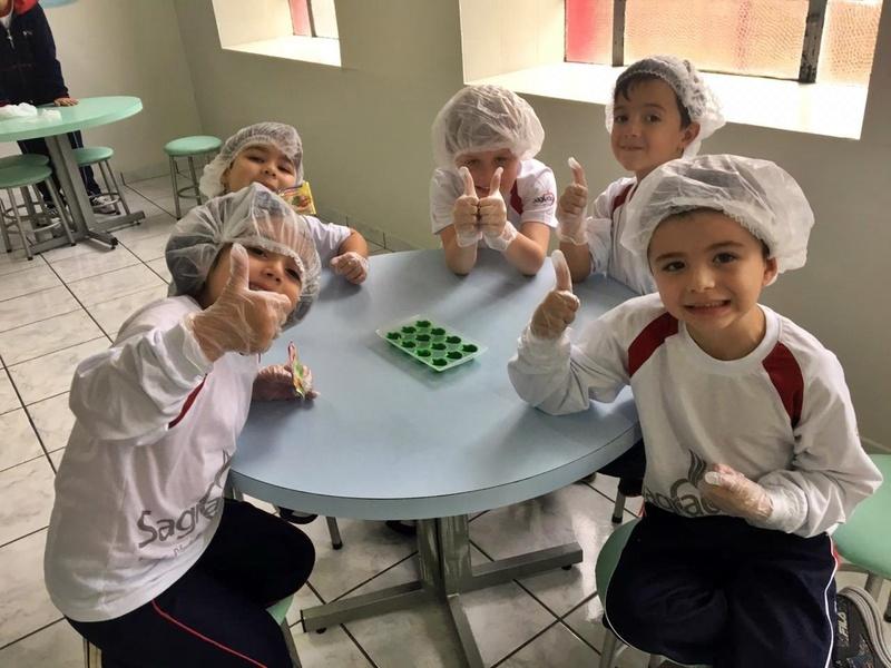 Educandos do Período Integral aprendem e se divertem fazendo gelatina