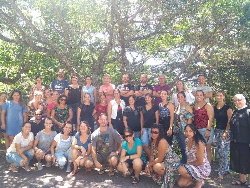 Educadores da Unidade Educacional Escola São Domingos participam de retiro na Gruta Nossa Senhora de Lurdes