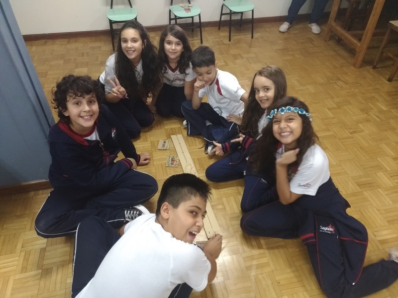 Na aula de Robótica, educandos do Período Integral desenvolvem seu próprio crachá elétrico
