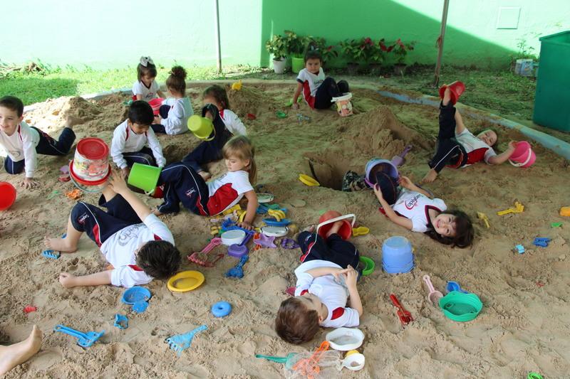 Brincar na areia também traz aprendizagem