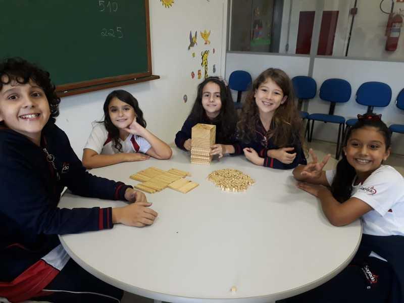Turmas do 4º ano do Ensino Fundamental aprendem matemática de forma lúdica e divertida com o Material Dourado