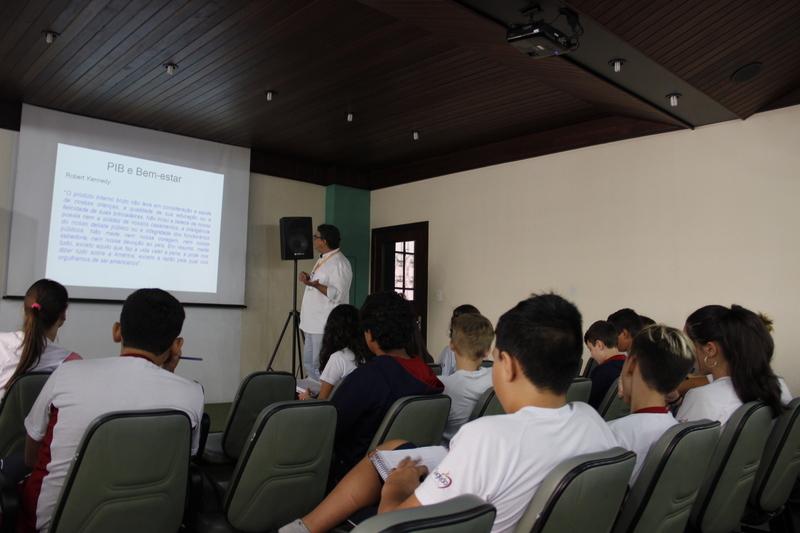Economista ministra pocket aula sobre PIB, IDH e Índice Gini para turmas do 8º ano do Colégio Sagrado, em Curitiba