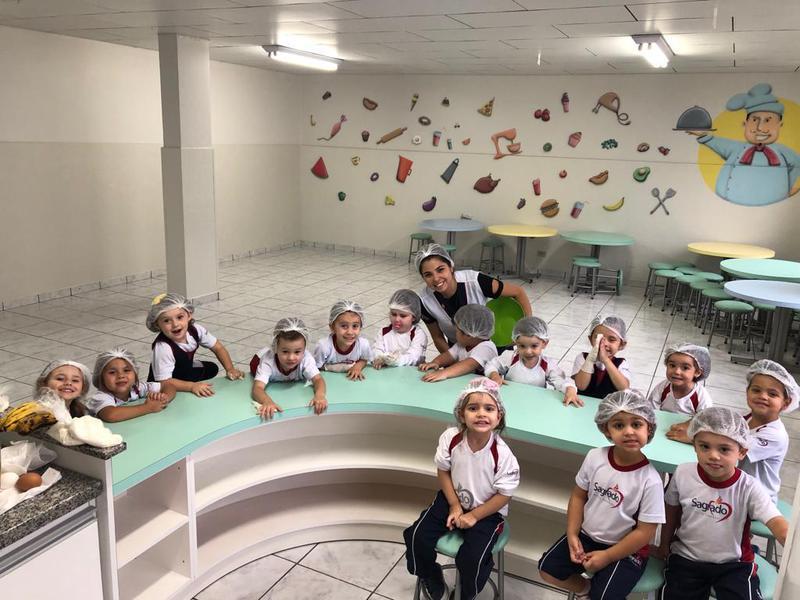 Mini chef's: crianças do Infantil III preparam bolo de banana