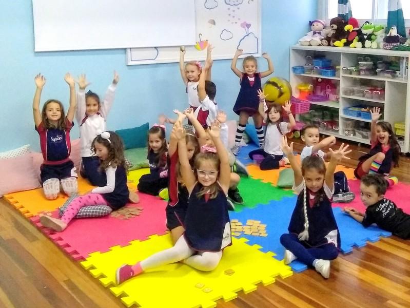 Infantil V explora o espaço de aprendizagem da Brinquedoteca na Unidade Educacional Escola São Domingos