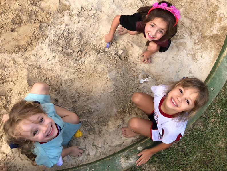 Brincando e aprendendo: educandos do Infantil V se divertem no parquinho e exploram o sentido do tato