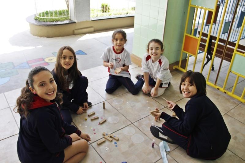 Período Integral: educandos criam o próprio jogo a partir de itens variados