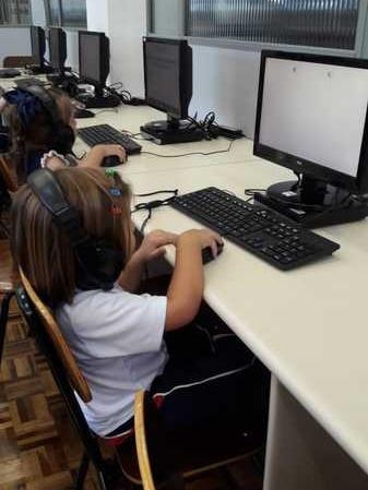 Crianças do Infantil III vão ao Laboratório de Informática pela primeira vez