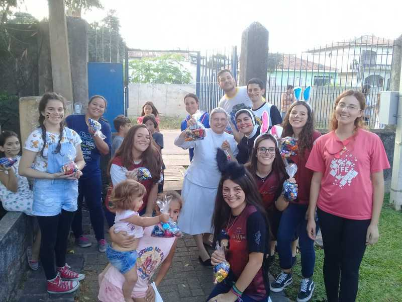 Fazer o bem faz bem: educandos do Colégio Sagrado fazem a entrega das doações da Campanha Solidária de Páscoa
