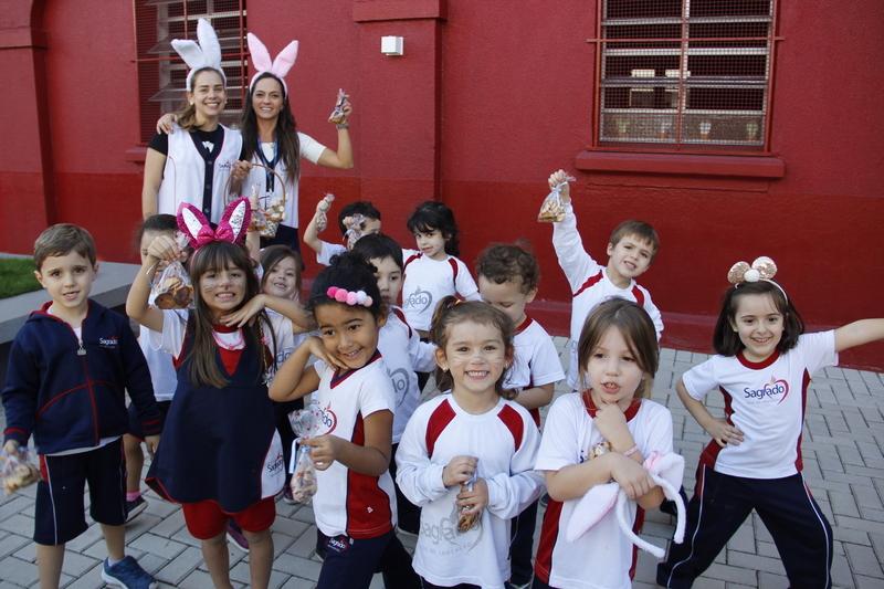 Crianças do Infantil IV se divertem na caça às bolachas de Páscoa