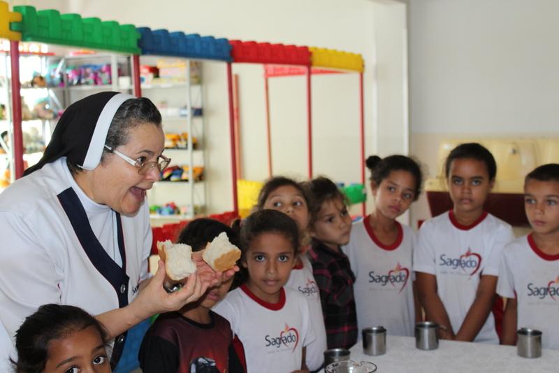 Educandos da Escola Social Clélia Merloni, participam das reflexões do Tríduo Pascal