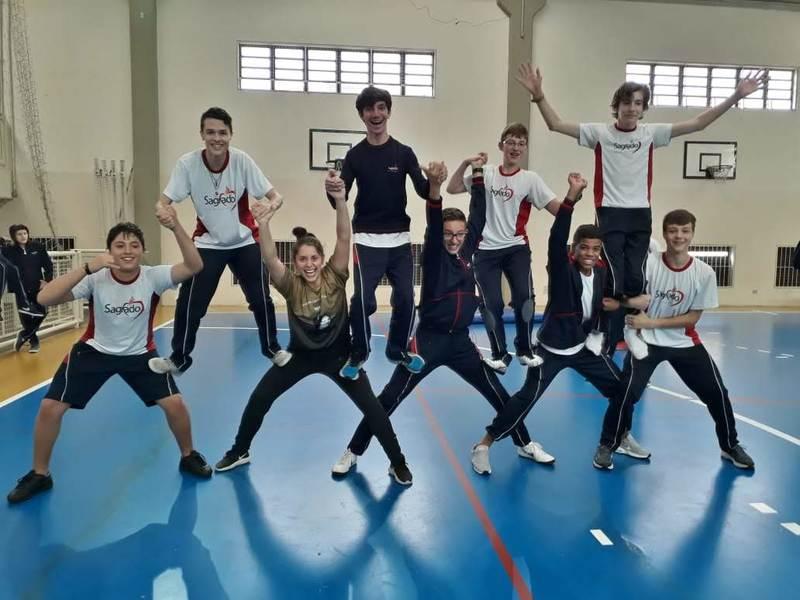 Equilíbrio e acrobacias de circo durante as aulas de educação física