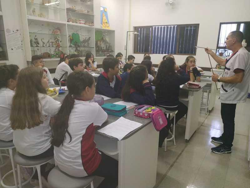 """""""Criança tem tanta energia!"""": educandos do 5º ano aprendem sobre os tipos de energia no Laboratório de Ciências"""