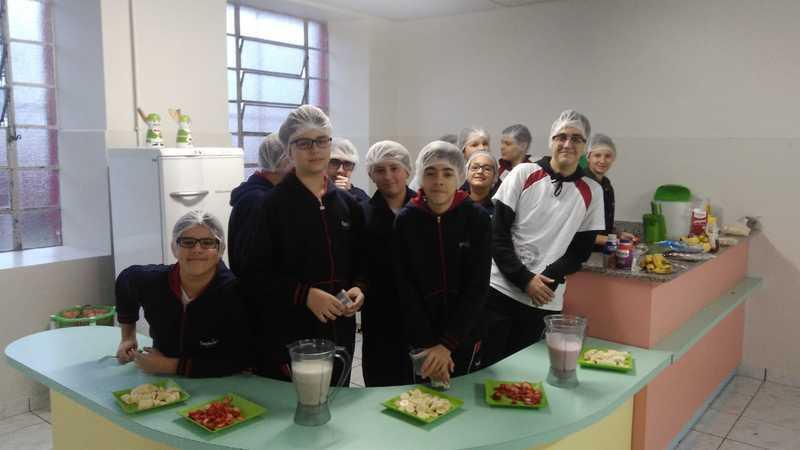 Para aprender sobre nutrição na aula de Ciências, educandos preparam receita na Cozinha Experimental