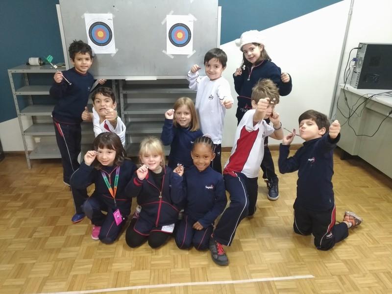 Na aula de Robótica, educandos do Período Integral constroem alvo e flechas magnéticas