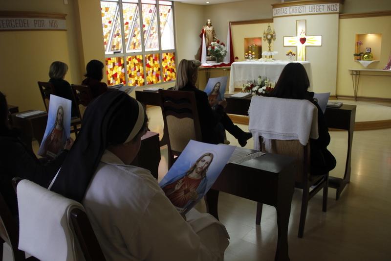 Mês do Sagrado Coração de Jesus: 1ª Reunião de Serviços de Junho é feita em adoração ao Santíssimo Sacramento e com Consagração ao Sagrado Coração