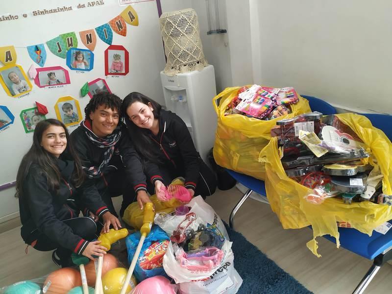 Educandos do Curso de Formação de Docentes vendem bolo de pote e contribuem com a Festa Junina da APAE