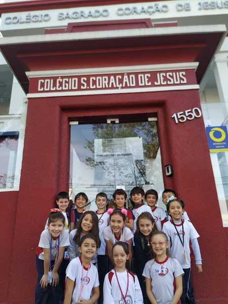 Turmas do 2º ano aprendem sobre sinalização de trânsito em passeio no entorno do Colégio Sagrado, em Curitiba
