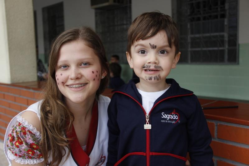 Educandos do Curso de Formação de Docentes divertem crianças da Educação Infantil e do Ensino Fundamental I com brincadeiras juninas